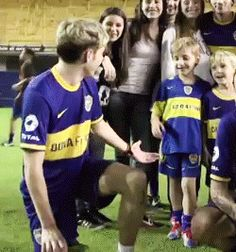 "BUT IT LOOKA LIKE HIS CHILD AND HE'S COACHING HIS KID'S FOOTBALL TEAM AND THEY JUST WON THEIR FIRST GAME AND THEIR POSING FOR THE PICTURE YOURE TAKING AND NIALL TURNS AROUND AND SAYS, ""GOOD JOB, LITTLE MAN!"""