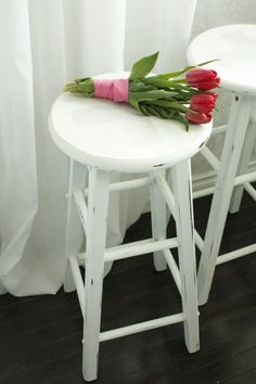Love the look of these stools.  Makes me want to paint our white. :)