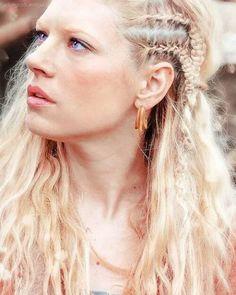 hair mine still details her face braids vikings by zoe Katheryn Winnick Lagertha Historyvikings mine:still vikingsedit fav stills Lagertha Hair, Vikings Lagertha, Ragnar Lothbrok, Vikings Tv, Pretty Hairstyles, Braided Hairstyles, Viking Hairstyles, Viking Braids, Katheryn Winnick