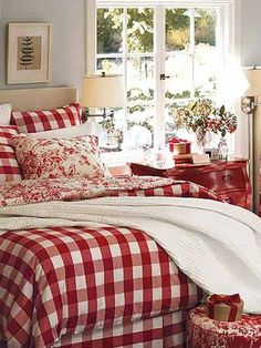 I love the pale grey with red and white colour scheme. I would be totally happy everyday waking up in this bedroom!
