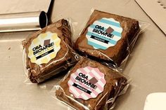 Brownie packaging - Brownie Com Mistura Para Bolos Aprenda Como Fazer – Brownie packaging Bake Sale Packaging, Brownie Packaging, Baking Packaging, Dessert Packaging, Food Packaging Design, Cake Mix Brownies, Brownie Cookies, Brownie Pops, Brownie Pizza