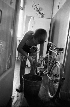 Мальчик моет дома пол