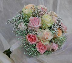 Handgebonden bruidsboeket, gemengde rozen en gypskruid.
