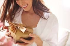 Lahjoilla+osoitetaan+rakkautta:+Mitä+kalliimpi+lahja,+sitä+rakkaampi+sen+saaja+on+antajalle