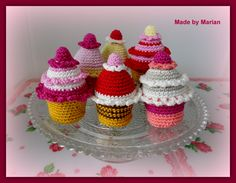 You can find the free pattern for these cupcakes on www.garnstudio.com