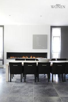 Stijlvol Wonen: het magazine voor warm-hedendaags wonen - ontwerp: Pretty4U - fotografie: Dorien Ceulemans #blackwhite #eetkamer #stoelen #haard #kunst
