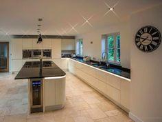 Pictures of Luxury Kitchens Open Plan Kitchen Diner, Open Plan Kitchen Living Room, Barn Kitchen, Kitchen Dining Living, Kitchen Family Rooms, Home Decor Kitchen, Kitchen Cupboard, Kitchen Island, Kitchen Ideas