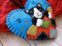 Tuxedo Cat Napping Ornament by SandhraLee Felt Embroidery, Felt Applique, Felt Pincushions, Felt Cat, Felt Decorations, Felt Christmas Ornaments, Felt Patterns, Christmas Sewing, Felt Fabric