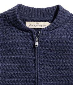 Cárdigan de punto en mezcla de lana. Mangas largas, cremallera oculta delante, bolsillos al bies, y puños, cuello y parte inferior en punto de canalé.