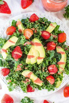 Fruchtiger Sommersalat mit Erdbeeren und Avocado