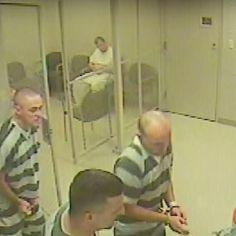 Gefängnis-Insassen brachen aus ihrer Zelle aus, um einen Wärter nach einem Herzinfakt zu retten