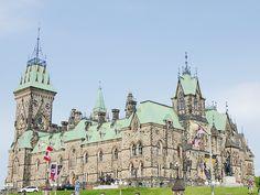Edifice est du Parlement du Canada - Ottawa, Ontario, Canada #blog #life #lifestyle #voyage #travel #trip #citytrip #expat #expatlife #Parlement #ParlementduCanada #CollineduParlement #Parliament #ParliamentHill #BoulevardDeLaConfédération #ConfederationBoulevard #Ottawa #Ontario #Canada http://mamzelleboom.com/2015/07/29/visiter-ottawa-ontario-gatineau-quebec-capitale-du-canada-en-un-week-end-de-2-jours/