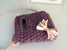 Bolso realizado en crochet con trapillo lila, con asa larga de cuero