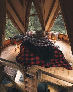 Check out these essentials to get you well on your way ideas for decorating a family room with rustic cabin style metal wall art home decora. Tiny House Movement, Cozy Cabin, Cozy House, Tiny House Nation, Decorating Small Spaces, Cabin Decorating, Decorating Ideas, Decor Ideas, Cabin Design