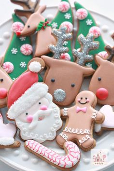 How to Decorate Christmas Cookies - Simple Designs by sweetopia: Instructional video. #Video #Christmas_Cookies #How_to_Decorate