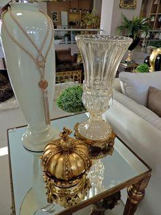 Detalhes de estilo! Três peças, de diferentes tamanhos e volume, compõe a decoração da mesa lateral. #produtomarche #decoracao #mesalateral #marcheobjetos #dica