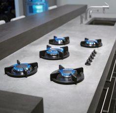Wildhagen | Kookplaat op een Dekton betonnen keukenblad met super glanzende toplaag. www.wildhagen.nl #designkeuken