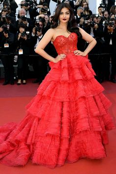Day 4 at Cannes Film Festival 2017 brings out some of the most beautiful and jaw-dropping gowns ever seen on the Red Carpet. Red Carpet Dresses, Blue Dresses, Dresses With Sleeves, Dress Red, Casual Summer Dresses, Trendy Dresses, Formal Dresses, Metallic Bodycon Dresses, Silver Gown