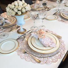 Olha que mesa linda eu montei para o almoço que fiz em casa hoje! Amo deixar a mesa bem arrumada, faz toda diferença para a hora das refeições... até a comida fica mais gostosa! Esse jogo americano, guardanapos e porta guardanapos são da @homebybia , sou fã das mesas da marca!