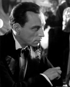 Louis Jouvet Nace el 24 de diciembre de 1887 en Cruzan, Bretaña. Fue actor, escenógrafo y director de teatro francés. Centrándose en Comedia Francesa e interpretando varios importantes temas. Fallece el 16 de Agosto de 1951 en París.