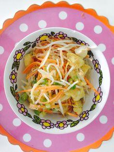 Kelpsalade met kip  - 1 pak kelpsalade gespoeld en uitgelekt. - 1 wortel in reepjes - 2 bosuitjes in ringen - 1 kipfilet gebakken en in reepjes - 1 chilipepertje in ringetjes - handje taugé  Dressing  1 el honing 1 teentje knoflook gehakt 2 el cashewpasta 3 el olijfolie Limoensap 1 tl kerriepoeder   Meng de kelpnoedels met de wortel, kip, bosui, taugé, chilipepertje  Doe eroverheen de dressing en meng goed!