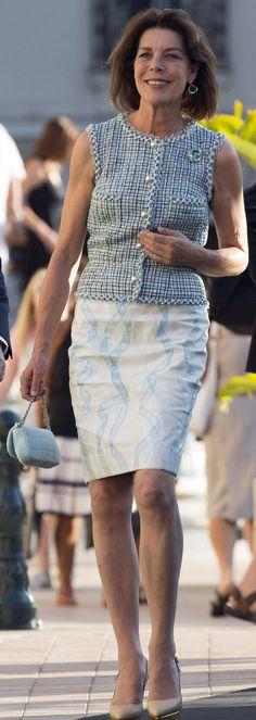 El look total blanco de pantalón ancho, clásica camisa y torera (en tono tierra) es perfecto. Pero son, una vez más, los complementos los que le dan el toque especial. La cartera de rafia, los zapatos bicolor de plataforma, los largos pendientes y las gafas XXL, que no abandona nunca en los días soleados.