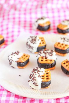 Oreos + cheesecake + salty pretzels + white chocolate. Love these easy no-bake treats!