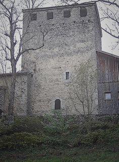 Pour surveiller la vallée en direction de la Savoie (province ennemie des Dauphinois durant de nombreux siècles) le Dauphin a fait établir de nombreuses constructions de guet. A Corenc, la maison forte ne semble pas impressionnante, mais elle a participé à la défense de Grenoble.