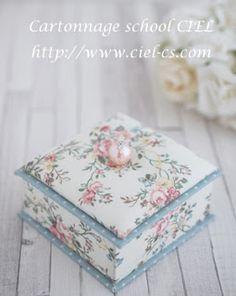 大阪 カルトナージュ CIEL(シエル) 枚方市樟葉のカルトナージュ教室: 優しい色合いの花柄で(会員様カルトナージュ作品) Makeup Table Vanity, Fabric Boxes, Altered Boxes, Cardboard Crafts, Keepsake Boxes, Diwali, Trinket Boxes, Pink Blue, Diy And Crafts