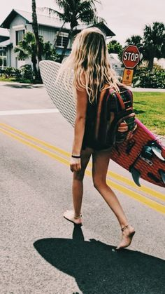 The first thing I do every early morning is go online to check the surf. If the waves are good, I'll go surf. Roxy Surf, Outfits Winter, Summer Fashion Outfits, Hipster Outfits, Style Fashion, Surfer Girls, Surfer Girl Fashion, Surfer Girl Hair, Surfer Girl Outfits