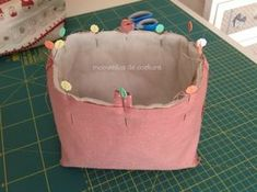 Momentos de Costura: Tutorial neceser con boquilla invisible Sewing Tutorials, Sewing Crafts, Vide Poche, Frame Bag, Pouch Tutorial, Cosmetic Pouch, Applique Patterns, Mini Bag, Lunch Box