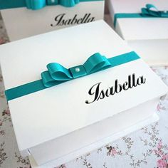 Caixa personalizada da Isabella com fita azul turquesa! #caixa #caixapersonalizada #caixinhas  #convite #padrinhos #madrinha #casamento #wedding #festa #noiva #noivos #buffet #lembrancinha #criativo #exclusividade #maniadearte #bebe #decoracao #arte