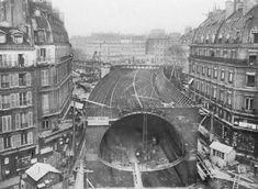 Ce cliché montre la construction et le « montage du caisson pour la traversée sous-fluviale » de la ligne 4 à Saint-Michel Odéon (Porte de Clignancourt-Montrouge), en janvier 1906. construction-metro-parisien-archives-ratp