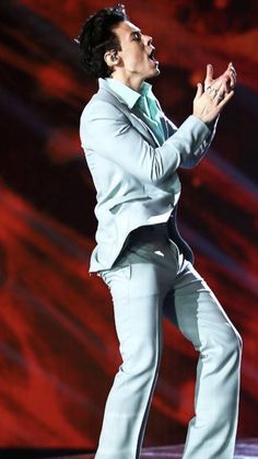 Harry Performing on VSFS 2017 In Shanghai Only Angel. Those thighs are seriously skinny. I'm starting to worry about you, Styles. You've been loosing some major weight on the road. Already went through it with Zaynie... for God's sake, be kind to yourself.
