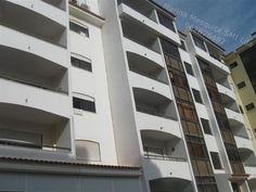 Cascais / Rosário T3 com estacionamento, boas áreas, hall 12 m2, sala 30 m2 com lareira e varanda, 2 quartos 15+15 m2, suite 16 m2, cozinha 20 m2, 2 wc's, elevador, área útil 110 m2, usado, exposição solar norte sul, estacionamento na cave, sem móveis Refª 13428  Marina Mesquita 962 876 482
