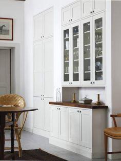 Kök. Färgerna. Varm grå, vitt och mörk bänkskiva.