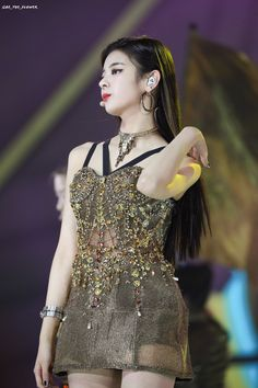 Fanswere upset because they felt that ITZY were constantly given outfits that were being repeated too often. These outfits, however, struck gold! Kpop Girl Groups, Korean Girl Groups, Kpop Girls, Stage Outfits, Kpop Outfits, K Pop, Mma 2019, Gold Outfit, Jennie Lisa