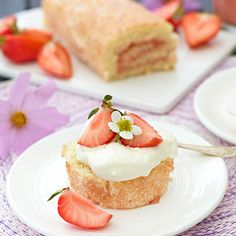 Swiss roll with rabarbercurd. Add a dollop of whipped cream and a shared strawberry on a jellyroll disc so you will have a delicious pastry. Hot Cocoa Recipe, Cocoa Recipes, Baking Recipes, Jam Roll, Rhubarb Recipes, Pudding Desserts, Swedish Recipes, High Tea, Let Them Eat Cake
