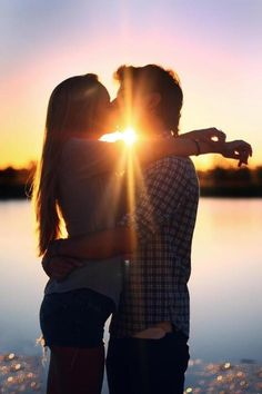 Couples who are in love kiss Photo Couple, Love Couple, Couples In Love, Romantic Couples, Family Photo, Couple Goals, Couple Photography, Photography Poses, Amazing Photography