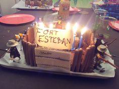 Après vous avoir présenté les invitations, les décorations et animations d'anniversaire sur le thème du Far West, voici un nouvel article concernant le gâteau et les p'tits cadeaux. Après son anniversaire pirate de l'année dernière, mon deuxième, pour...