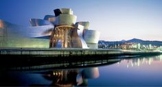 Guggenheim Museum Bilbao The Guggenheim Museum Bilbao is a museum of modern and contemporary art, designed by Canadian-American architect Frank Gehry, and located in Bilbao, Basque Country, Spain. Museu Guggenheim Bilbao, Guggenheim Abu Dhabi, Architecture Cool, Spanish Architecture, Glass Building, Concrete Building, Famous Buildings, Amazing Buildings, Louis Khan