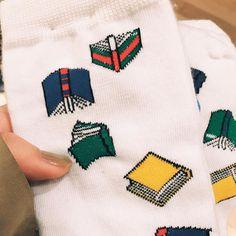米国の靴下ブランド For Bare Feet(直訳:裸足のために)の16AWコレクションから本柄があるのを発見. なんたる可愛さ ブランド名はピントこないですが略してFBFというらしく日本ではBeamsなどのセレクトで売られていて全国の読書家は足元から読書家アピールしていくのがいいんじゃないかと思った次第私は即購入した  #beams #readingbook #booklover #readinglove #bookloversalways #本好きファッション