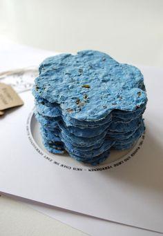 Sous forme de papiers incrustés de graines ou de bombes à graines. Vos amis n'auront plus qu'à les mettre dans un pot et les recouvrir de terreau.  Pour le papier, vous mixez du papier épais style