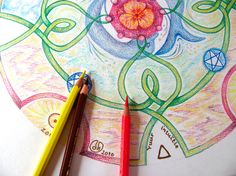 Een detail van een geboorte mandala. Deze wordt opgebouwd in verschillende lagen, waarbij de getalkwaliteit altijd bepalend in voor vorm en kleur.