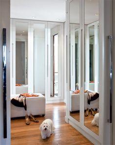 Laqueados de branco fosco, os armários (Pica-Pau Marcenaria) têm colunas retráteis nas laterais com casulos para echarpes, colares e cintos. Piso da RB Madeiras.