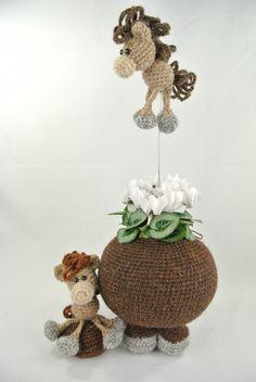 Pot op Poten Paard.  In de pot kan een glazen groente-pot geplaatst worden waarin bloempjes of een plantje passen. Of gewoon een decoratieve manier om iets in te bewaren. Februari 2016 verkrijgbaar. Haakpret Knits, Knit Crochet, Planter Pots, Cool Stuff, Knitting, Interior, Home Decor, Amigurumi, Tejidos