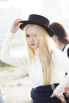 Flat Top Hat Fashion of fx Krystal in Red Light Krystal Jung, Jessica & Krystal, Kpop Girl Groups, Korean Girl Groups, Kpop Girls, Fx Red Light, Korean Beauty, Ulzzang Girl, Style Icons