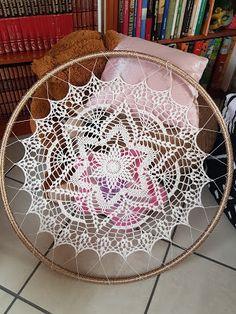 Crochet Dreamcatcher, Crochet Mandala, Crochet Doilies, Lace Dream Catchers, Dream Catcher Boho, Feather Crafts, Painted Rocks, Macrame, Craft Projects