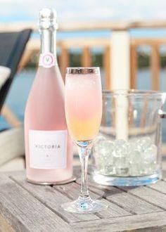 Victoria La Dolce Vita Rosé ( Artikelnummer på Systembolaget är 78247) En underbart läskande sommardrink som verkligen fallit oss i smaken. Beställ Vict