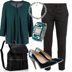 Pantaloni a sigaretta gessati, indossati con scarpe di vernice verdi, una blusa leggera, uno zaino pratico e capiente, un bellissimo orologio di Guess e una brillante collana. Il mio outfit preferito al lavoro!